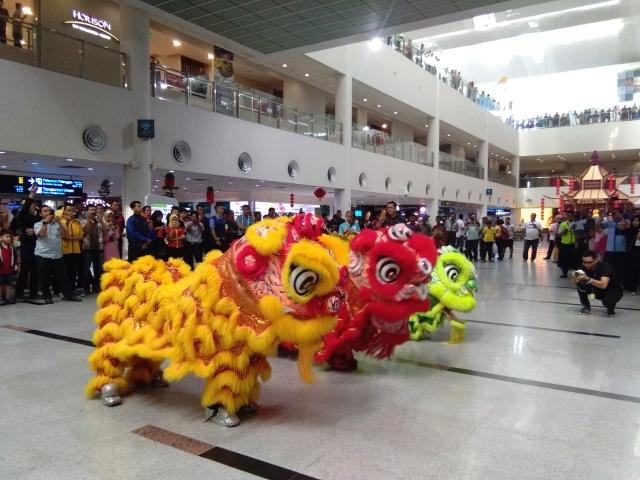 AP II Tampilkan Ataraksi Barongsai Pada Momen Perayaan Imlek