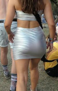Bella morena mini falda ajustada trasero redondo
