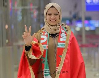 فاطمة الزهراء أخيار قبل نهائيات تحدي القراءة العربي ترتدي العلم المغربي وترفع شارة النصر مبتسمة بكل تقة وقوة