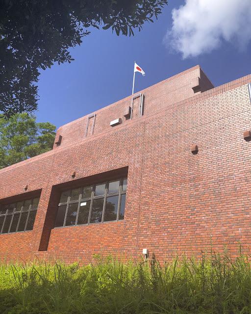 綾町役場。外壁が赤レンガ