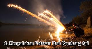Menyalakan Petasan Dan Kembang Api merupakan tradisi dan kebiasan unik yang terjadi di Indonesia saat tahun baru