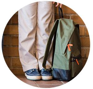 poner las mochilas en el suelo