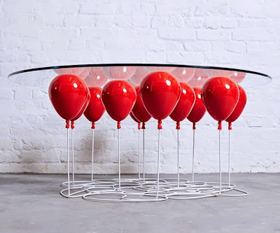 Diseño de mesa de cristal muy creativo con globos rojos