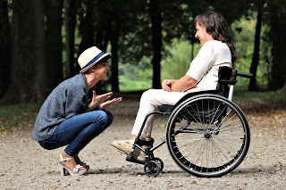 Gambar Wanita Duduk Di Atas Kursi Roda