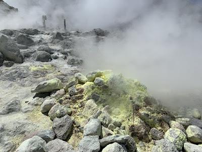 硫黄山の噴気孔