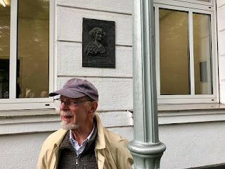 Rainer Lemcke vor dem Haus Schwanenmarkt 1 in Düsseldorf