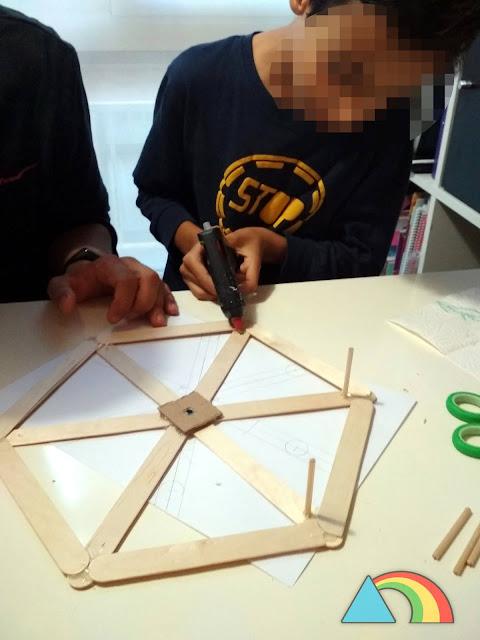 Pegando los palitos redondos de separación entre los dos hexágonos de la noria