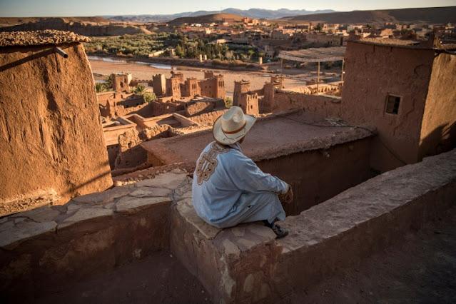 رجل يجلس في قصبة أيت بن حدو على بعد حوالى 32 كيلومترا من مدينة ورزازات في جنوب المغرب في 27 يناير 2020