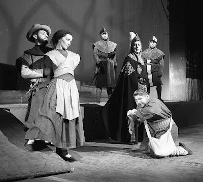 Fanny Fischer (después se llamó Virginia Fischer), atrás, Mario Lorca y Jorge Lillo; de capa, Roberto Parada; de rodillas, Jorge Boudon.