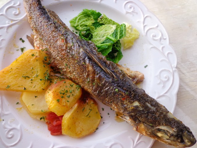 Sea bass with potatoes and crispy Savoy cabbage by Laka kuharica: this different, healthy version of fish and chips is equally delicious.