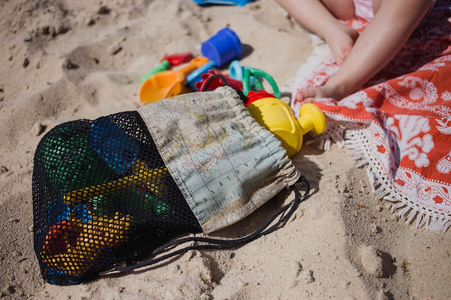 blog mimuselina imprescindibles para ir a la playa con bebés bolsa red vacia-arena juguetes playa niños