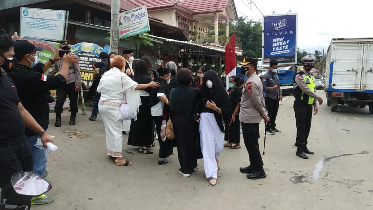 Kapolres Tana Toraja Turun Langsung Awasi Prokes Acara Adat di Tallangsura, Makale