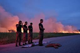 Viral Foto Bomba Solat Beralas Baju Kalis Api