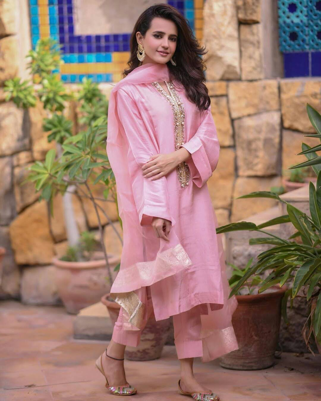 Sumble Iqbal Nice Pose in Pink Dress on Eid 2 Day