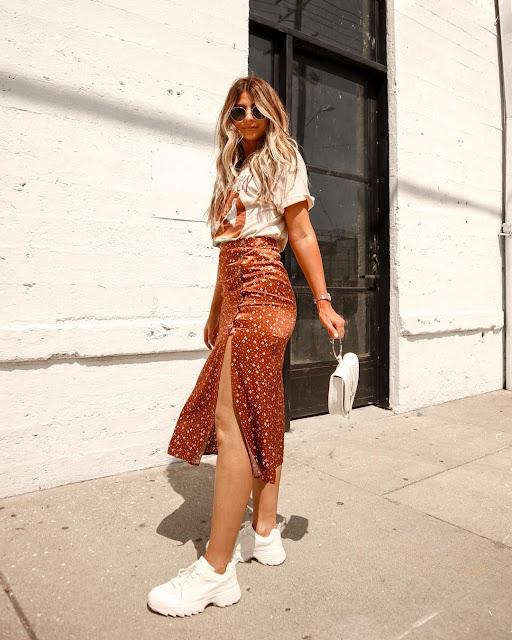 outfit falda larga con tenis