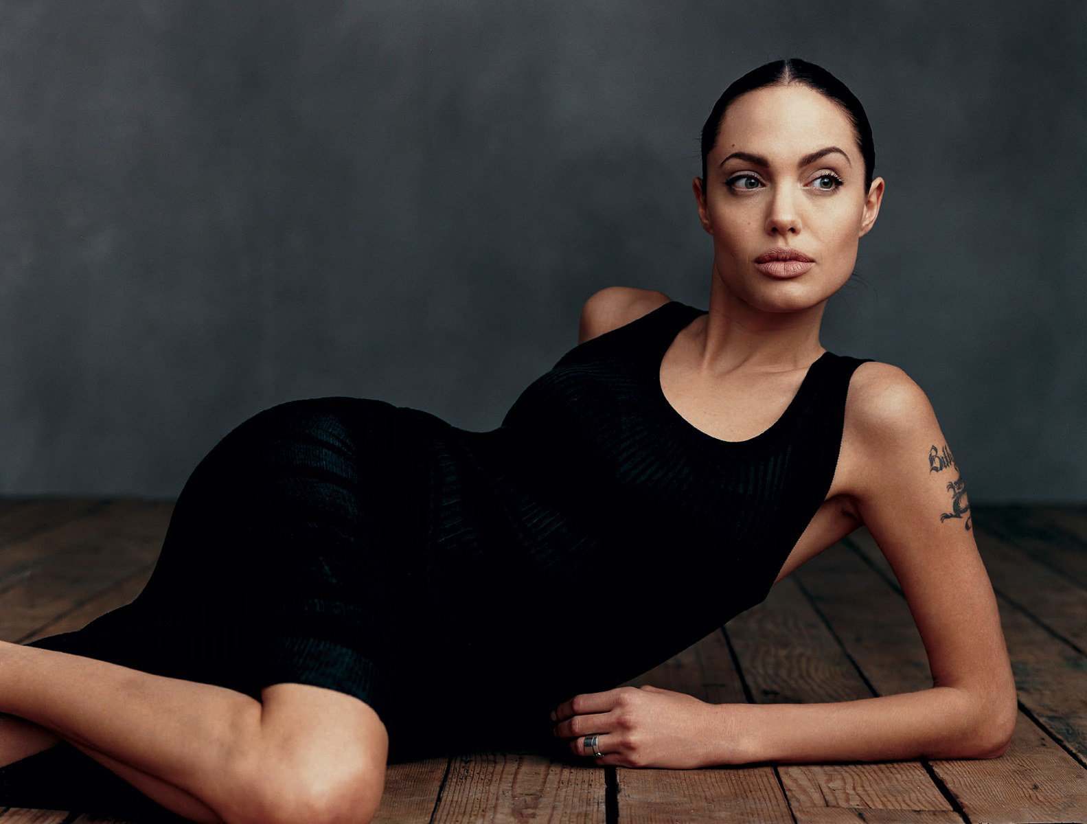 Angelina Jolie gaun hitam