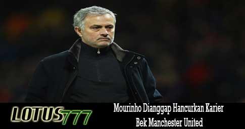 Mourinho Dianggap Hancurkan Karier Bek Manchester United