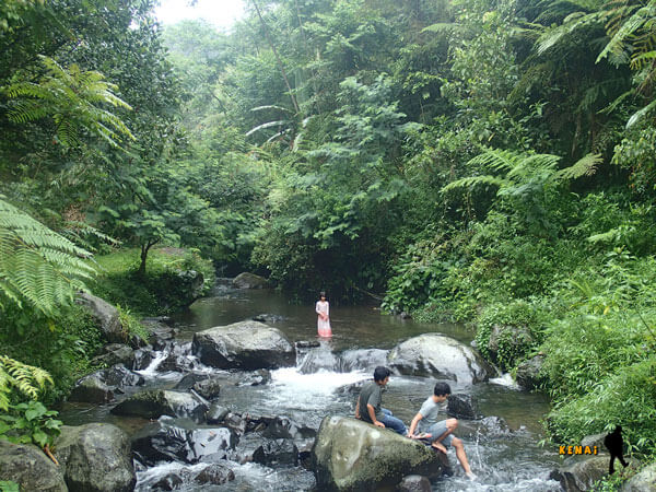 bermain air di sungai