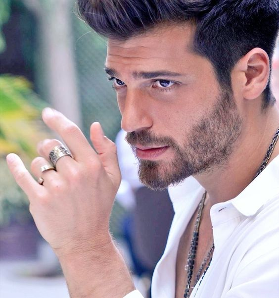 Can Yaman and Diletta Leotta, she was spotted at lunch in a hotel with an unknown man