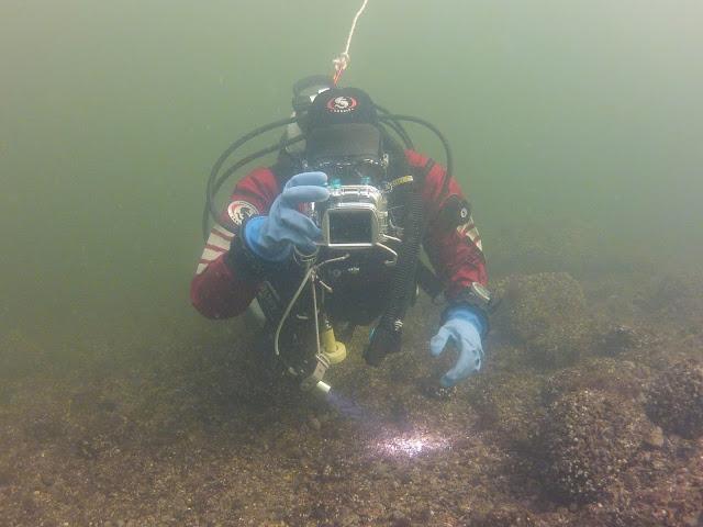 Sukeltaja veden alla valokuvaamassa