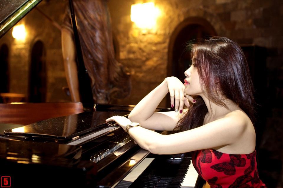 Hot girl Út Quỳnh kiêu sa nhưng đầy gợi cảm bên đàn Piano