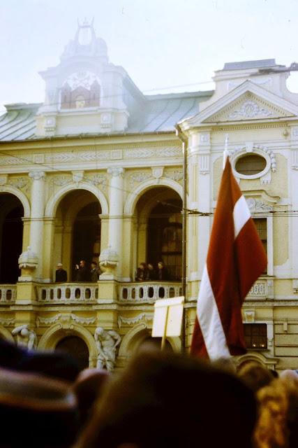 17 марта 1990 года. Рига. Улица Горького (Кр. Валдемара). Возле Латвийского Национального театра. Priekšvēlēšanu mītiņš