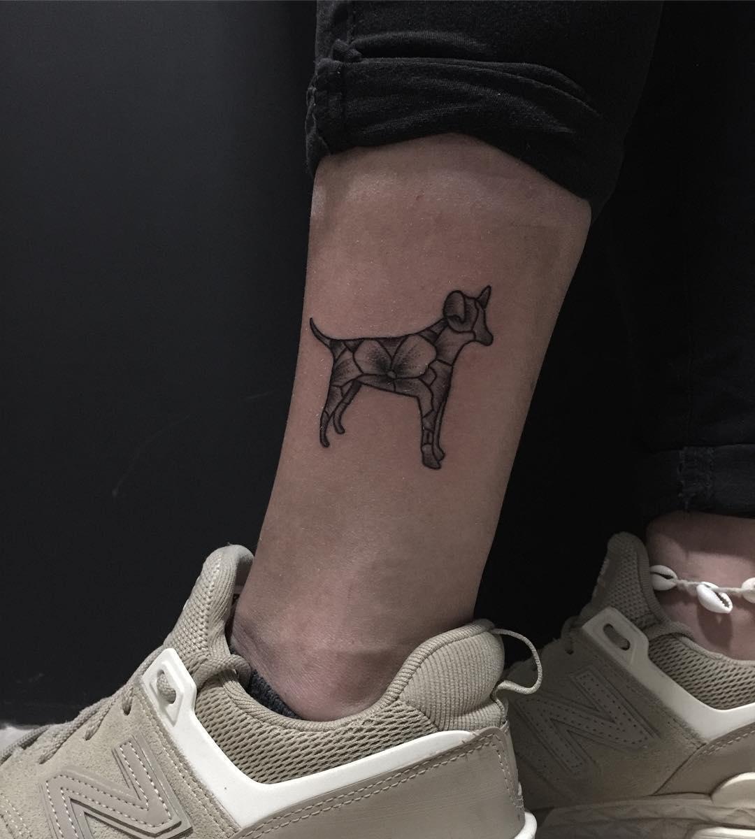 Gracioso tatuaje de un perrito de flores