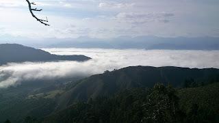 Paisaje asturiano niebla en la montaña