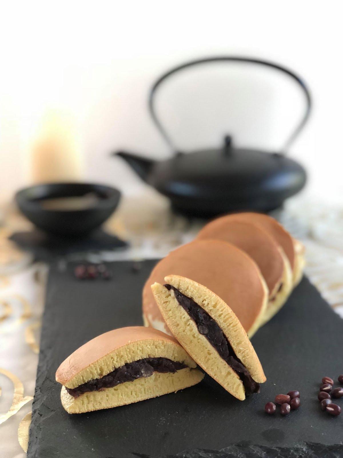 Dorayaki - traditionelle japanische Pfannkuchen - mit süßer Rote-Bohnen-Paste gefüllt
