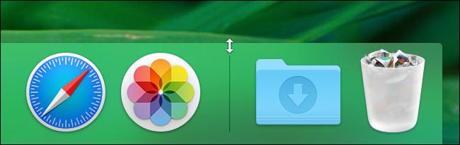 في نظام macOS ، مرر مؤشر الماوس فوق خط الفاصل في Dock حتى يتغير إلى سهم تغيير الحجم.