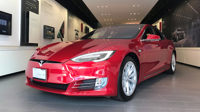 Un hombre muere en un incendio dentro de un Tesla al no abrirse las futuristas puertas del auto