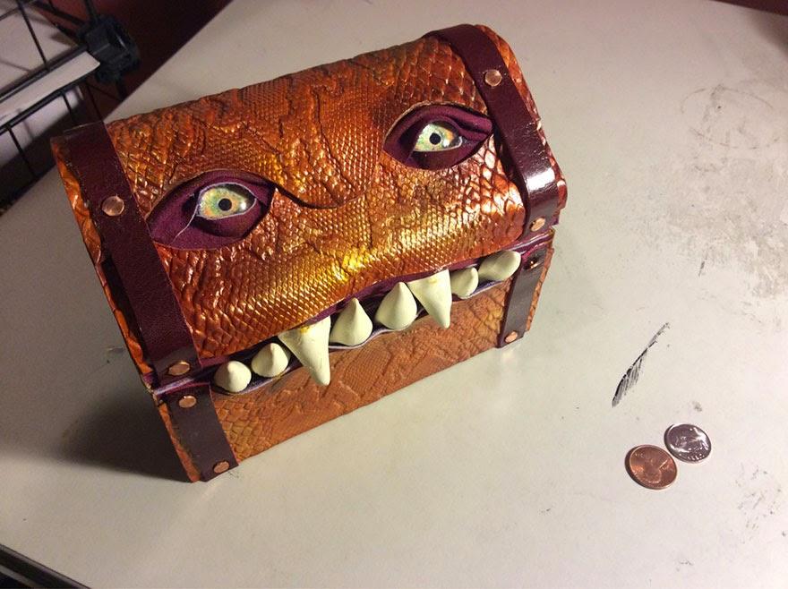 Diseño creativo de baúl pequeño con forma de monstruo