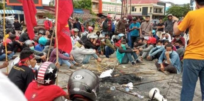 Jokowi-Tiba-di-Kendari-Beredar-Video-Bendera-PDIP-dan-Kadin-Dibakar-Sejumlah-Demonstran
