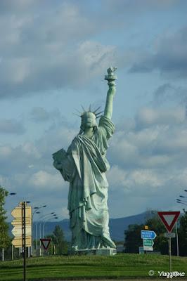 Una riproduzione della Statua della Libertà di Bartholdi sulla rotonda tra Colmar e Strasburgo