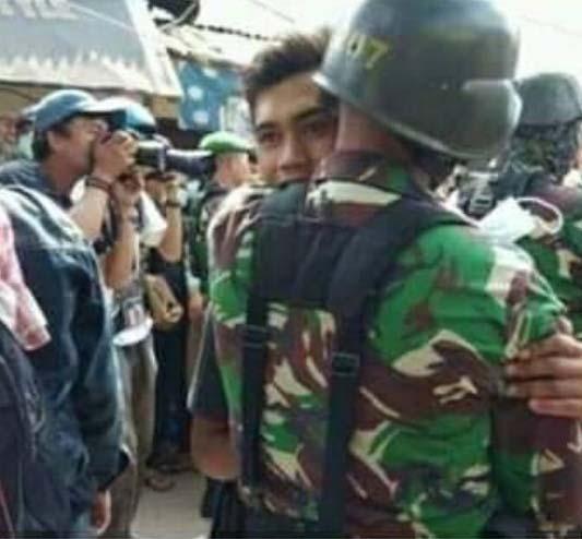 TNI berpelukan dengan warga