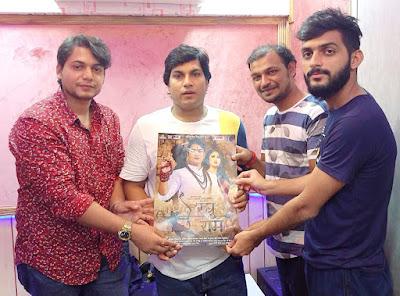 मोहन राठौर खुश  नजर आये  फिल्म  रघु राम  के  गानो  को गा कर