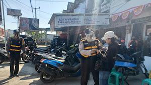 Anggota Polsek Pasirjambu Polresta Bandung Imbauan 3M Bagikan flyer Kamtibmas