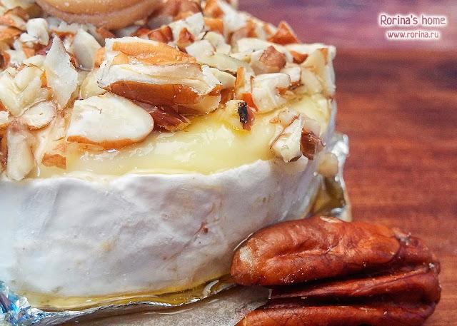 Запеченный камамбер: рецепт с медом и орехами