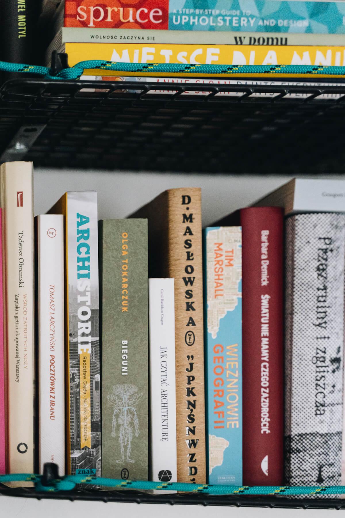 zbliżenie na książki stojące na półce