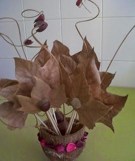 http://www.manualidadeson.com/centro-de-mesa-con-castanas-hojas-y-flores-secas.html