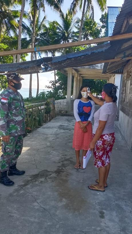 Babinsa Bersama Tim Gugus Tugas Covid - 19 Relawan Desa Bannada Melaksanakan Pemeriksaan Rutin