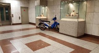 Ο οδηγός του αιώνα: Πάρκαρε το μηχανάκι του μέσα στο Μετρό Πανεπιστήμιο!