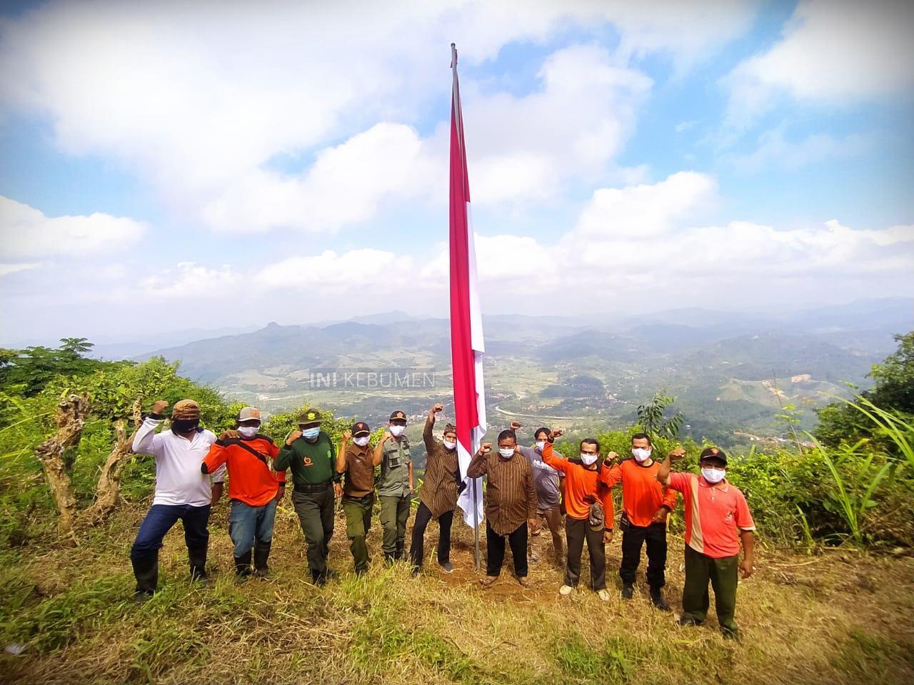 Sambut 17 Agustus, Merah Putih Jumbo Dikibarkan di Puncak Gunung Paras