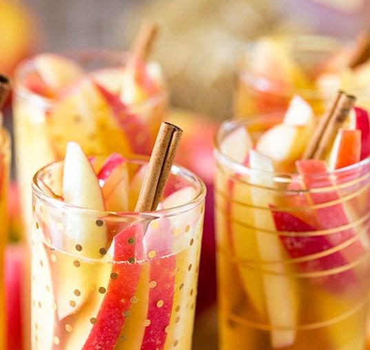 SPARKLING APPLE CIDER SANGRIA #drinks #partydrink