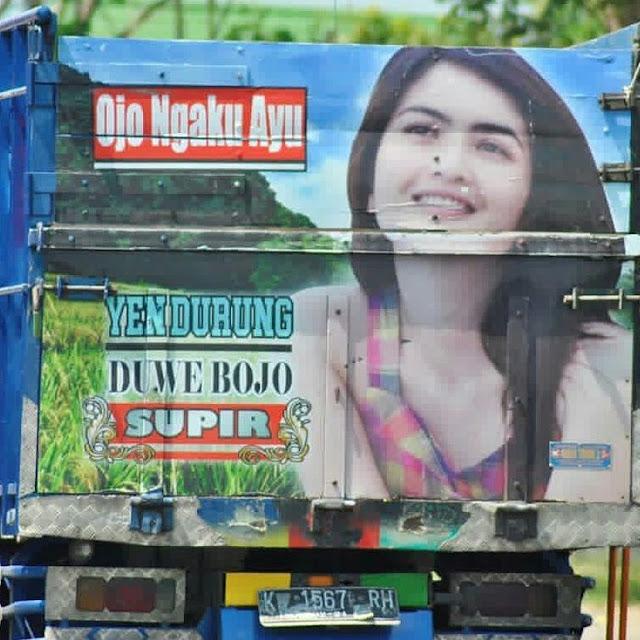 foto artis di belakang truk