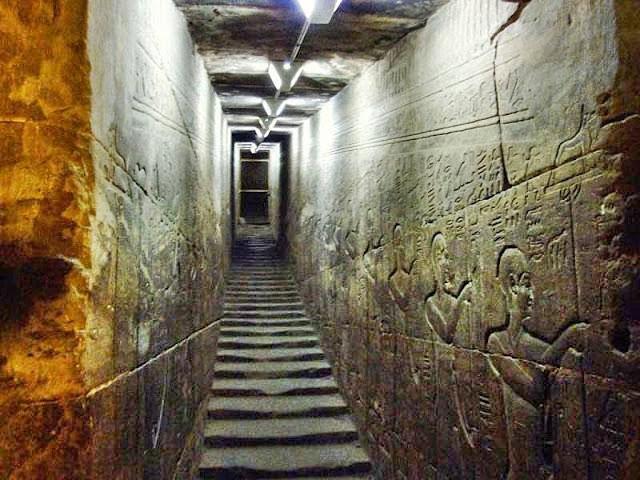Las escaleras del templo parecen haberse derretido por un calor intenso