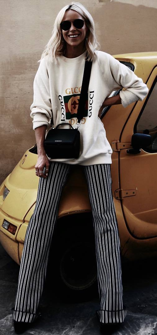 cool fall outfit idea : printed sweatshirt + stripped pants + bag