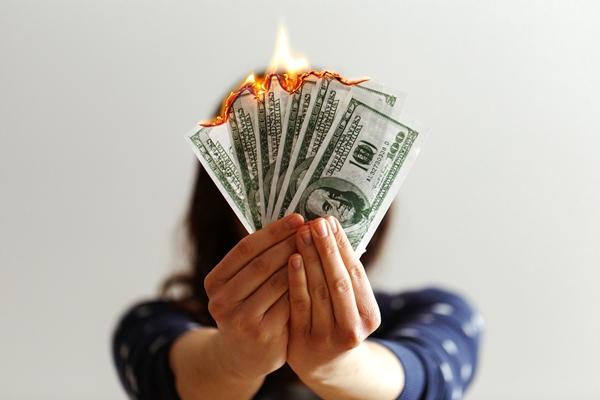 Mulher queimando dinheiro notas dólar banco