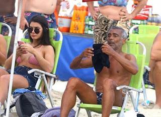 Romário leva a nova namorada, 31 anos mais nova, à praia e chama a atenção