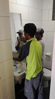 Warih Homestay : Proses Menggantung Cermin Perlu Dilakukan Oleh 2 orang